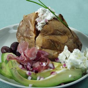 Bagt kartoffel med hytteostsalat og avocado
