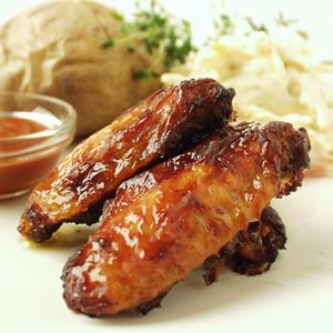 Barbecue kyllingevinger med bagte kartofler og coleslaw