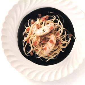 Bjørnekrebs med pasta og sort sauce