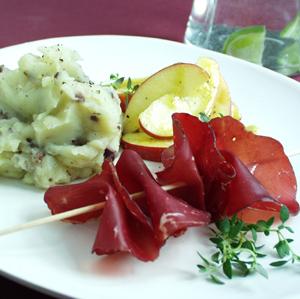 Bresaola med olivenkartoffelmos og æblesalat
