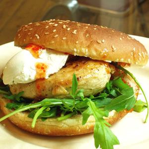 Burger med kyllingefilet og rucola og frisk gedeost