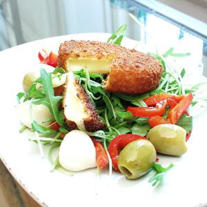 Camembert med salat af peberfrugt og rucola