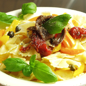 Farfalle-pasta med peberfrugt og kapers og ansjos
