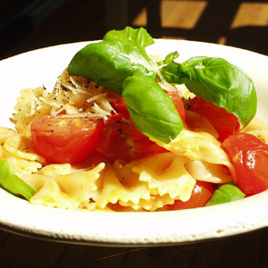 Farfalle med tomater og hvidløg