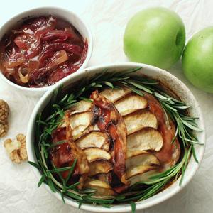 Farsbrød med æbler og nødder og rødløgskompot