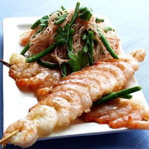 Fiskespid serveret med nudler og sød chili og frisk koriander og bønner