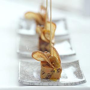 Foie gras terrine med kalvekæber hertil rosiner i orange-mandel sirup