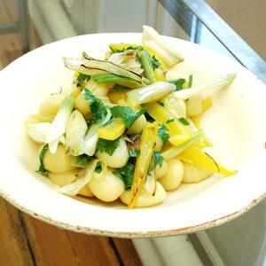 Gnocci med gul peberfrugt og forårsløg.