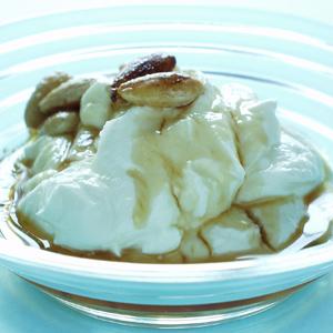 Græsk yoghurt med akaciehonning og smørristede mandler