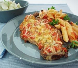 Gratineret kalvekotelet med tomatsauce og kapers
