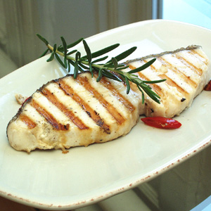 Grillet filet af fisk (sandart ell. torsk) med grøntsager i olivensauce