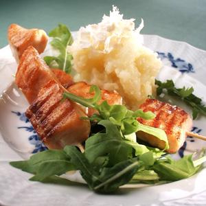 Grillet laks på spid med kartoffelmos med friskrevet peberrod