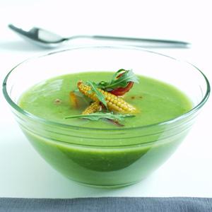 Grøn ærtesuppe med peberfrugtsaute og ristet rugbrød