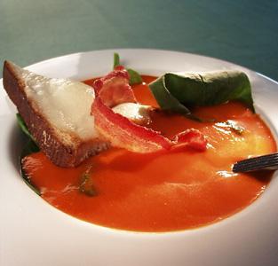 Grov tomatsuppe med pesto og ricottaost