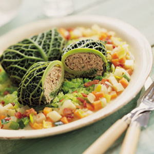 Hakket svinekød i savoukål med urter