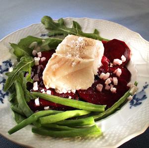 Hellefisk med marinerede rødbeder rucolasalat og grønne bønner