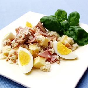 Italiensk rissalat med tun og skinke og kogte æg