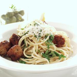 Italienske kødboller med citron og spaghetti