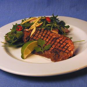 Kalvekoteletter med salat og radiser