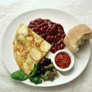 Kartoffeltortilla med chilibeans og jalapenos