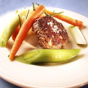 Krebinetter af kalvekød med sommergrøntsager og sauce med purløg