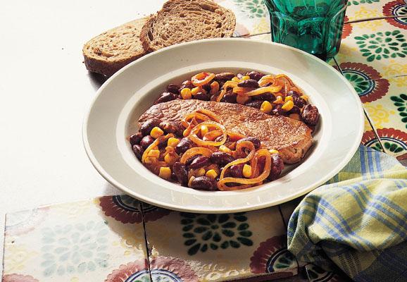 Krydret skinkeschnitzel med røde bønner