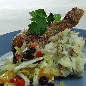 Kyllingelår med nøddekartoffelmos og råkost