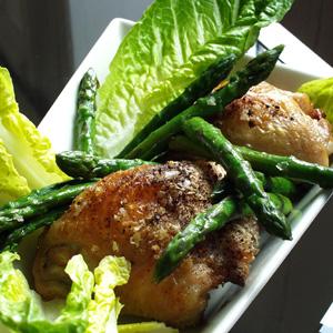 Kyllingeoverlår med stegte asparges og romainesalat