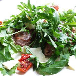 Lammeschnitzler med rucola og tomat