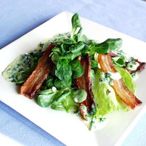 Lun salat med ristet flæsk og persillesauce