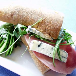 Lun sandwich med kogt skinke og gorgonzola
