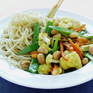 Nudler med lynstegte grøntsager i karry