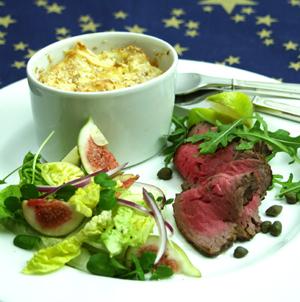 Oksemørbrad a la Carpaccio med pastinaksouffle og salat med friske figner