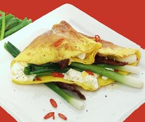 Omelet med gedeost og dampede forårsløg