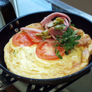 Omelet med tomater og oliven