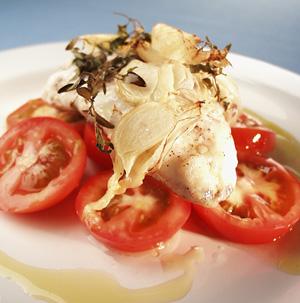 Ovnbagt havtaske med hvidløg og tomater