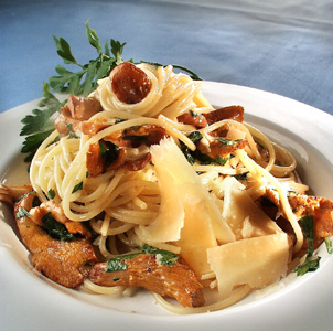 Pasta med kantareller og bredbladet persille og parmesanost