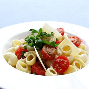 Pasta med ovnbagte tomater og hvidløg og frisk parmesan