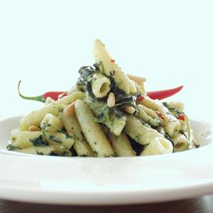 Pasta med spinat og pinjekerner