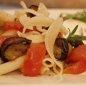 Pasta med stegt aubergine og mozzarellasalat