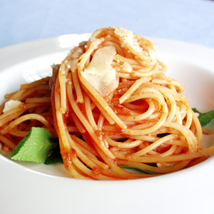 Pasta med tomatsauce og chili og frisk parmesan