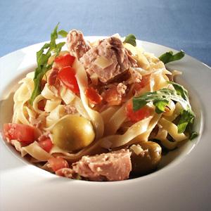 Pasta med tun og tomat og grønne oliven