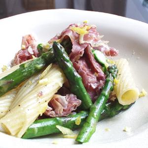 Penne med bacon og asparges