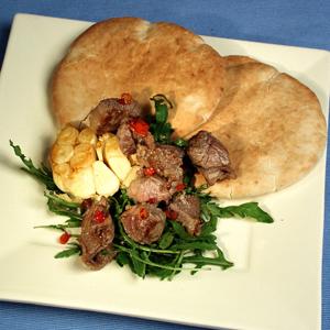 Pitabrød med ristet lammekød