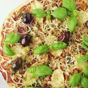 Pizza med tun og kartofler og kapers