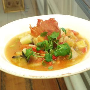 Ratatouillesuppe med bagt parmaskinke og frisk koriander