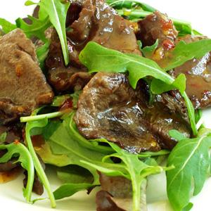 Ristet carppacio på salat med sød chilisauce
