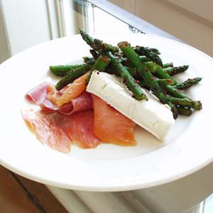 Røget laks og parmaskinke med asparges og gedeost