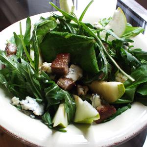 Salat med bacon pære og blåskimmelost