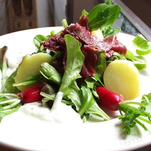 Salat med carpaccio og rygeoste-creme